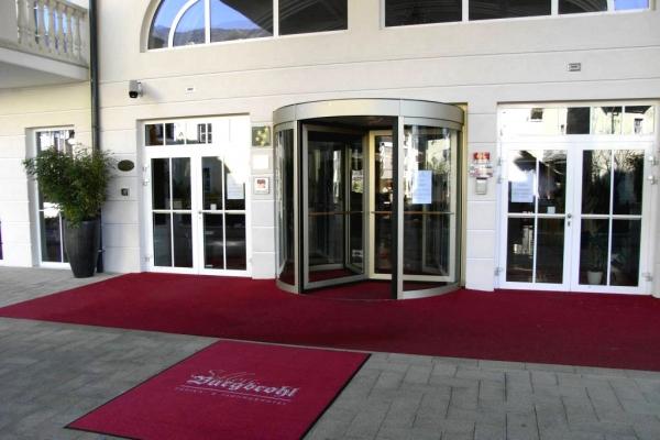 grandhotel-entrance60447F37-E05B-6AB2-316A-699C12FBFC04.jpg
